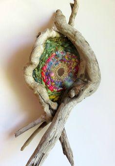 wild circular weaving - very cool piece Art Fibres Textiles, Textile Fiber Art, Weaving Textiles, Weaving Art, Loom Weaving, Tapestry Weaving, Circular Weaving, Driftwood Crafts, Weaving Projects