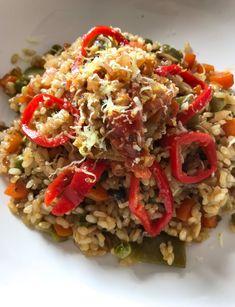 Arroz integral ecológico con verduras (zanahorias, judías verdes, guisantes, champiñones) Pimientos del piquillo y ralladura de limón.