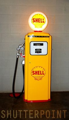 Old Gas Pumps, Vintage Gas Pumps, Shell Oil Company, Shell Gas Station, Pompe A Essence, Garage Accessories, Old Garage, Old Gas Stations, Filling Station