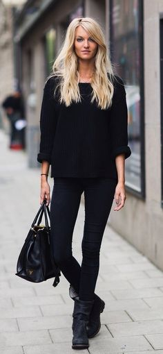 If you're after a casual but also absolutely chic look, opt for a black oversized sweater and black skinny jeans. Avoid looking too casual by finishing off with black leather mid-calf boots. Moda Casual, Casual Chic, Comfy Casual, Mode Outfits, Winter Outfits, Summer Outfits, Teen Outfits, Office Outfits, Winter Clothes