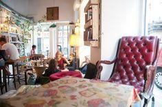 La Infinito es una cafetería en Lavapiés llena de actividades culturales. Ofrece desayunos, meriendas y picoteo de la mañana a la noche y brunch todos los días