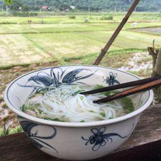 Det er 25 grader klokken 7 om morgenen og temperaturen er på vej mod de 35 til 40. Varm suppe er ikke lige det der først melder sig i tankerne som morgenmad, men det er faktisk en af de mest almindelige spiser i Vietnam. Selve suppen er familiens opskrift, som vi også har skrevet om i denne artikel om gadekøkkener. #kylling #suppe #Vietnam