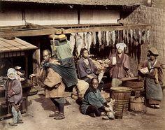 BnF - Trésors photographiques de la Société de géographie -  Personnages devant un étalage de poissons • 1880 ?