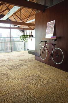 """6 geniale Ideen, um ein Fahrrad in der Wohnung zu platzieren. Hier der """"Neoklassiker"""" - an der Wand aufgehangen."""