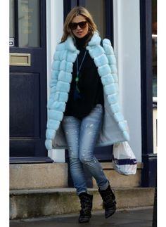 KATE MOSS  LOOK DE STAR POP  Kate Moss est définitivement une idône du style. Elle porte à merveille un fourrure bleu que nous n'aurions jamais oser acheter.