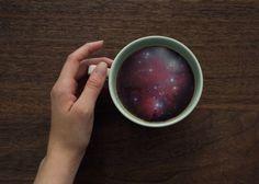 Grafisch ontwerper Victoria Siemer voegt aan koffiekopjes deze verbazingwekkende beelden toe van golven en sterrenstelsels. Met als resultaat dat ik bijna zeeziek word boven een klein kopje koffie die nu opeens surrealistisch oogt.