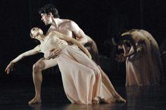 """Fotografia cedida pelo Teatro Real, a maior casa de ópera de Madri, do ensaio de """"Orphée et Eurydice"""", de Pina Bausch com o Ballet de Ópera Nacional de Paris - http://glo.bo/YcS7TW (Foto:EFE/Evie Fylaktou)"""