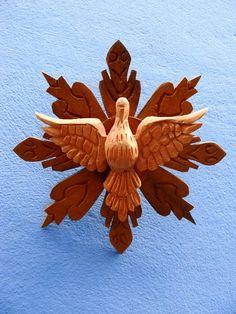 Divino Espirito Santo e esplendor de madeira, talhados a mão. R$ 45,00