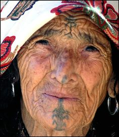 Facial Tattooing of Berber Women – by Sarah Corbett – Ethnic Jewels Magazine We Are The World, People Around The World, Anthropologie, African Women, African Art, Berber Tattoo, Facial Tattoos, Portraits, Many Faces