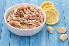 I calamari all'aglio e profumo di limone sono una preparazione di facile e veloce realizzazione, e un secondo piatto gradevole, leggero e di sicuro successo.
