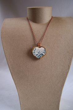 Collier avec pendentif coeur en porcelaine recyclée  blanc bleu et cuivre de la boutique OthersJewels sur Etsy
