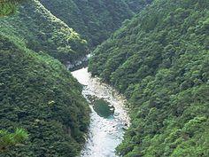 """#Iya_Valley b.jpeg """"Das Iya-Tal (jap. 祖谷渓, Iya-kei, 祖谷谷, Iya-dani oder 祖谷渓谷, Iya-keikoku) ist ein 10 km langes Kerbtal im Westen der japanischen Präfektur Tokushima."""""""