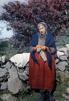 A woman knits wool clothing under a fuchsia tree.In a National Geographic photographer documented the Emerald Isle with one of the first color photography processes. Albert Kahn, Irish Free State, National Geographic Photographers, National Geographic People, Irish People, Irish Eyes Are Smiling, Emerald Isle, Color Photography, Urban Photography