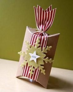 Try these creative ideas for packing and presenting holiday gifts and Christmas Gift Ideas a seasonal makeover of a plain pillow box as a Single Mold Creative Gift Wrapping, Wrapping Ideas, Creative Gifts, Wrapping Gifts, Creative Ideas, Christmas Gift Wrapping, Christmas Tag, Christmas Pillow, Simple Christmas