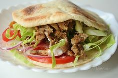 Kurací kebab v pita placke • Pita: 500 gmúka hladká 300 mlvoda 1 KLsoľ 2 PLolej 1 KLcukor 20 gdroždie čerstvé Kebab: 1000 gkuracie mäso 5 gčubrica 20 gkorenie na gyros 2 PLolej 2 strúčikycesnak