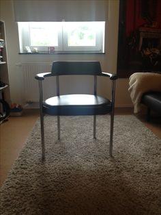 Gesehen, mitgenommen und für gut befunden. Aber , weiss jemand was genaueres zu diesem Sessel?