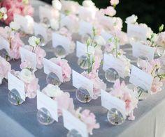 escort card marque place boule vase mariage gris et rose