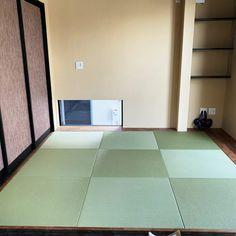 和室のゆがみに合わせて琉球畳をカスタマイズ。微妙な誤差にも対応できます。 Tile Floor, Flooring, Tile Flooring, Wood Flooring, Floor