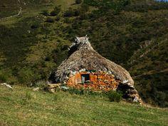 Braña de Ordiales de Endriga, Somiedo. Asturias, España. Paraiso Natural, Art Houses, Weird World, Home Art, Habitats, Inventions, Tiny House, House Plans, Cottage