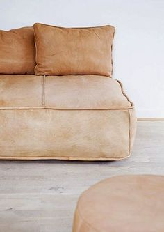 Tips That Help You Get The Best Leather Sofa Deal. Leather sofas and leather couch sets are available in a diversity of colors and styles. A leather couch is the ideal way to improve a space's design and th Pale Dogwood, Home Furniture, Furniture Design, A Well Traveled Woman, Chaise Vintage, Deco Design, Leather Sofa, Brown Leather, Leather Lounge