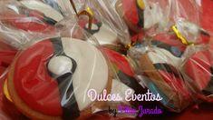 """Galletas de mantequilla, decoradas con fondant y lacasitos. Versión """"Bola pokemon"""""""