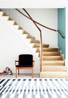 escalier quart tournant pas cher en bois clair pour un entree moderne et chic