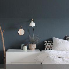 Diese Wand im Schlafzimmer hat einen neuen Anstrich in dem tiefen Dunkelblau [K/34-17-14-69/T] von Kolorat bekommen. Mehr auf roomido.com #roomido #navy