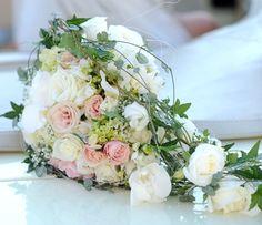 Brudebukett Cascade Bouquet, Boquet, Wedding Bouquets, Wedding Flowers, Flower Bouquets, Large Photos, Dream Wedding, Table Decorations, Wedding Ideas