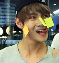 Tae strugglin with them Post-Its. XD 2/4