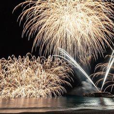 Instagram【chi_w01】さんの写真をピンしています。 《昨夜の撮りたて。 二宮町商工会青年部の創立50周年記念で、なんと10年ぶりに復活した #二宮花火 🎆 ラストの水中打ち込み花火は何処まで投げるの?!という長距離砲で、カメラにも視界にも入りきらないボリュームでした(*´∀`) 全体的に丁寧な打ち上げの印象で、集まった地元の方々から大きな歓声が上がるのを聞くのは嬉しかったなー。冬花火として復活した二宮花火、また定着して欲しいものです。 昼間は松田で蝋梅、吾妻山で菜の花と河津桜と水仙、春を感じられる1日でもありました(´ω`) . . #二宮花火 #冬を彩る二宮花火 #二宮町 #神奈川 #花火 #fireworks #fireworks_lovers #ファイアート神奈川 #igersjp #team_jp_  #icu_japan #picture_to_keep  #bns_japan #lovers_nippon #reco_ig #as_archive #tokyocameraclub #PHOS_JAPAN #ig_japan #夜景…