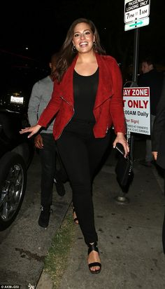 Ashley Graham is dressed to impress in a red suede jacket : Red hot: The model of the moment showcased her sensational figure in her off-duty look, se. Look Plus Size, Plus Size Model, Curvy Girl Fashion, Plus Size Fashion, Feminine Fashion, Petite Fashion, Curvy Outfits, Plus Size Outfits, Fashion Outfits