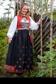 Sigdal bunad - I really need to have a little girl so I can buy her a bunad Costumes Around The World, Folk Clothing, Scandinavian Art, Going Out Of Business, Bridal Crown, Folk Costume, My Heritage, Amazing People, Cool Costumes
