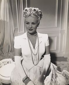 retrogirrrl:  atomictantrum:  thewomaninthemoon:  Betty Grable, 1946.  Damn, that hair is bangin!  That hair! I wish I was good at hair!