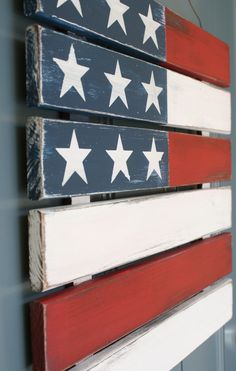 Rustic Wood 4th of July Flag... this would be a pretty easy craft that would add a lot of pizzazz to a front door or front porch.