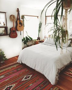 12 Beautiful Boho Bedroom Decorating On A Budget For Unique Look - Rearwad Room Makeover, Home, Home Bedroom, Guitar Bedroom, Guest Bedroom Design, Diy Bedroom Decor, Room Inspiration, Bedroom Inspirations, New Room