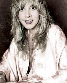 The radiant Stevie Nicks back in the mid/late probably during the beginning of the Fleetwood Mac era. Buckingham Nicks, Lindsey Buckingham, Stephanie Lynn, Stevie Nicks Fleetwood Mac, Look Vintage, Vintage Rock, Beautiful Voice, Boho Beautiful, Beautiful People