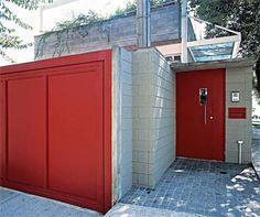 O muro deste sobrado foi construído com o mesmo bloco de concreto usado na e...