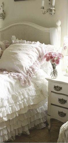 Romantic Cottage. VOY A PONER COSITAS AQUI PARA QUE LAS VEAS, LUEGO LAS ARCHIVARÉ COMO CORRESPONDE.  ME gusta este estilo romántico para las camas. Me gustan las habitaciones luminosas y acogedoras.  Quiero tejer una manta de alegres colores para la mí cama.