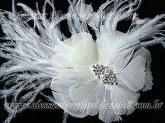 Arranjo confeccionado com penas e plumas, com detalhe central em strass swarovski e zirconias. Em prata ou ouro. A flor tem 11 cm de diametro, e com as penas 15cm, fora as pluminhas. R$85,00