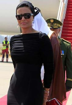 Wife of the Emir of Qatar, HH Sheikha Mozah has been identified by fashionistas and magazines globally as one of the most stylish women in the Middle East - and the world Queen Fashion, Royal Fashion, Arab Celebrities, Turban Style, Mode Chic, Elegant Woman, Modest Fashion, Style Icons, Personal Style