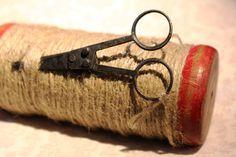 http://de.dawanda.com/product/74350567-Alte-Holzspule-aus-der-Textilindustrie-mit-Garn