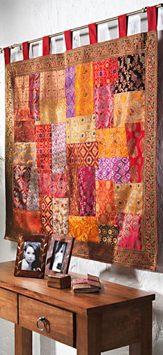 Brocade patchwork wallhanging. http://deumistallo.blogspot.com.br/search/label/folketinico