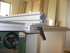 I so want to make a fence like this for my table saw.  The good thing is there's an alum. extrusion plant in my town.