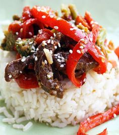 Ginger beef with peppers and mushrooms & riced cauli {crockpot} Stir Fry Recipes, Slow Cooker Recipes, Crockpot Recipes, Great Recipes, Dinner Recipes, Favorite Recipes, Recipe Ideas, Ginger Beef Stirfry, Beef Stir Fry