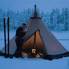 Would you like to go camping? If you would, you may be interested in turning your next camping adventure into a camping vacation. Camping vacations are fun Bushcraft Camping, Camping Survival, Outdoor Survival, Survival Tips, Survival Food, Wilderness Survival, Camping Bedarf, Camping Shelters, Camping Hacks