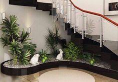 Amenajare sub scara interioar gradina mica cu pietris si plante
