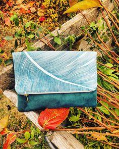 Pochette suédine bleu et coton motif fleur de palmier bleu, avec doublure coton et fermeture éclair. 24cm de longueur, 30cm de hauteur et 18cm une fois pliée. Idéale pour cadeau, soirée, été comme hiver. N'hésitez pas à me contacter pour un emballage cadeau. Comme, Zipper Pulls, Wrapping, Handkerchief Dress