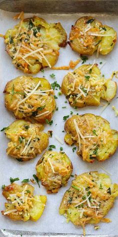 Garlic Parmesan Smashed Potatoes – the best potatoes recipe ever with nicely smashed potatoes loaded with butter, garlic and Parmesan cheese. So good | rasamalaysia.com