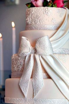 Very elegant pearlescent wedding cake sugar bow via http://justbethebride.com/blog1/?p=1517