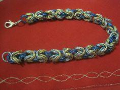 Collana a catena, lavorazione Chanel con anelli in alluminio di colore turchese, blu elettrico e oro. Chiusura a moschettone argentato.